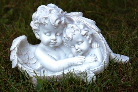 Engel liegend im Flügel schlafend